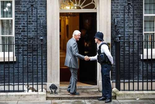 حضور بیل کلینتون رییس جمهور اسبق آمریکا در مقر نخست وزیری بریتانیا در لندن به منظور گفتگو درباره بحران سیاسی ایرلند شمالی