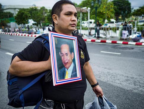 فردا واپسین روز عزاداری یک ساله برای پادشاه فقید تایلند و روز تشییع اوست. از چند روز پیش دهها هزار نفر در خیابان های بانکوک خو ده اند تا در روز مراسم تشییع بتوانند وارد کاخ شوند.