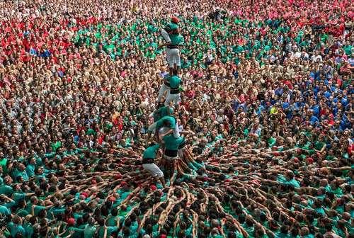 ساخت هرم انسانی در جریان جشنواره ای در کاتالونیا اسپانیا