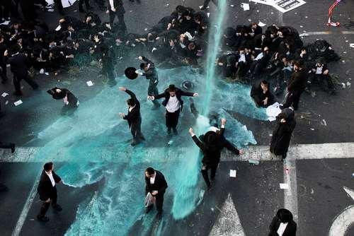 استفاده پلیس اسراییل از ماشین آب پاش برای متفرق تظاهرات طلبه های یهودی علیه قانون ا امی شدن خدمت سربازی اجباری برای طلبه ها/ شهر قدس