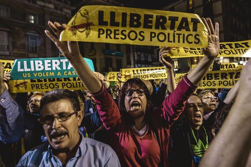 تظاهرات جدایی خواهان در شهر بارسلونا اسپانیا با درخواست آزادی 8 تن از مقامات سابق دولت محلی کاتالونیا از زندان دولت اسپانیا