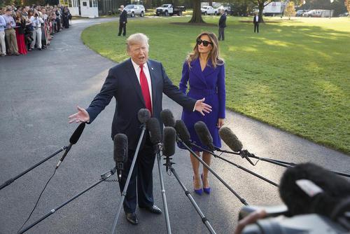 دونالد ترامپ و همسرش در کاخ سفید واشنگتن پیش از عزیمت به سفر 12 روزه به 5 کشور آسیایی. این سفر طولانی ترین سفر یک رییس جمهور آمریکا در ربع قرن گذشته است.