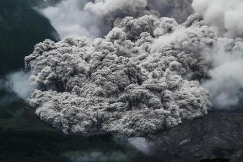 غبارهای ناشی از فعالیت آتشفشان کوه سینابونگ در کارو اندونزی