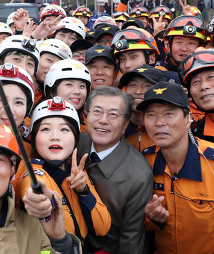 سلفی گرفتن آتش نشانان کره جنوبی با رییس جمهور این کشور در آکادمی ملی آتش نشانی در شهر چئونان