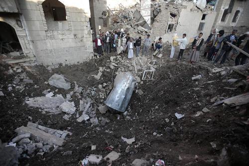 بقایای بمب سعودی در مقر وزارت دفاع یمن در شهر صنعا