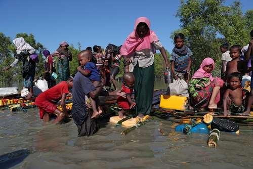 ورود پناهجویان مسلمان میانماری از طریق رود مرزی به بنگلادش