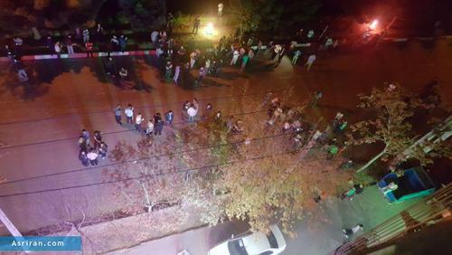 تجمع دانشجویان پس از زلزله در محوطه خوابگاه عابدینی در شهرستان بناب استان آذربایجان شرقی