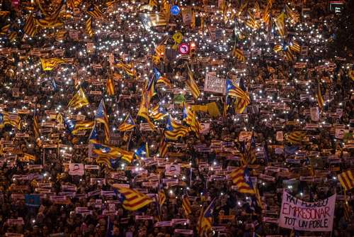 تظاهرات بزرگ جدایی طلبان کاتالونیا اسپانیا در شهر بارسلون همزمان با سفر ماریانا راخوی نخست وزیر اسپانیا به این شهر