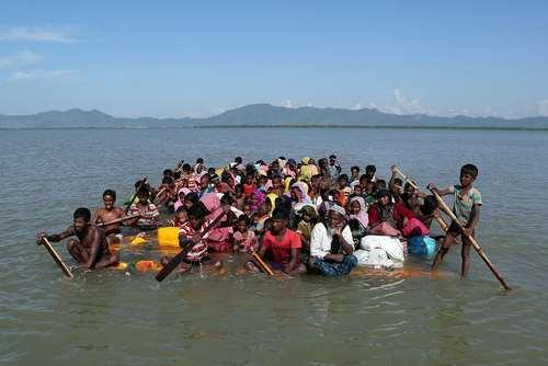 رسیدن دهها پناهجوی مسلمان میانماری با قایق به سواحل بنگلادش