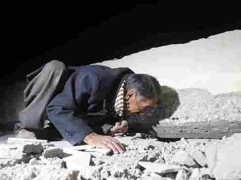 جستجوی اعضای خانواده در زیر آوار پس از زلزله مهیب یکشنبه شب در شمال عراق و غرب ایران - سلیمانیه عراق