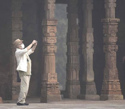 بازدید گردشگران با ماسک از آثار تاریخی شهر دهلی نو هندوستان در هوای بسیار آلوده این شهر
