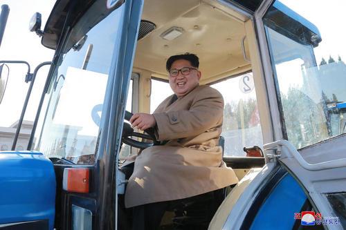 رهبر کره شمالی در حال راندن یک تراکتور در یک کارخانه در مکانی نامعلوم در این کشور- عکس:خبرگزاری رسمی کره شمالی