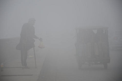 آلودگی کم سابقه هوا در شهر لاهور پاکستان. این آلودگی و کاهش دید منجر به لغو پروازها به فرودگاه این شهر شده است