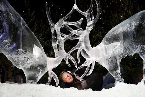 هنرمند اسکاتلندی در واپسین مراحل ساخت یک اثر یخی برای نمایشگاه سازه های برفی و یخی – ادینبورگ