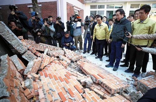 بازدید نخست وزیر کره جنوبی از خرابی های ناشی از زلزله 5.4 ریشتری در شهر پوهانگ/ عکس: خبرگزاری یونهاپ