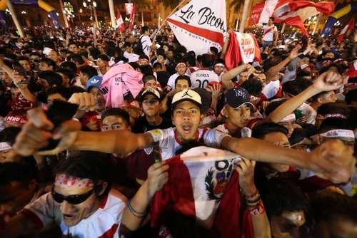 شادمانی فوتبال دوستان پرو از راه یابی تیم ملی کشورشان به رقابت های جام جهانی– لیما