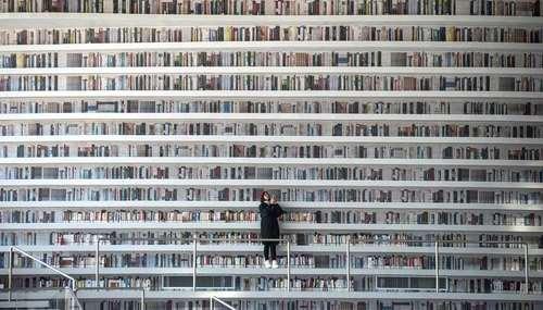 سلفی گرفتن یک بازدید کننده در کتابخانه بزرگ شهر تیانجین چین