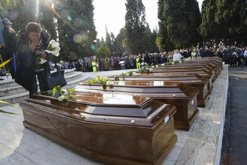 مراسم تشییع 26 پناهجوی زن نیجریه ای که در راه اروپا در دریای مدیترانه غرق شدند- سالرنو ایتالیا