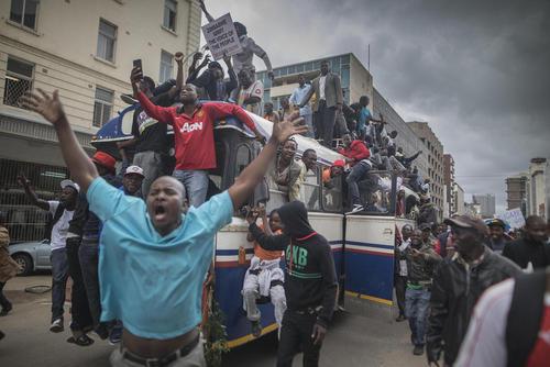 تظاهرات هزاران نفری در شهر هراره پایتخت زیمبابوه در حمایت از اقدام ارتش برای کودتا علیه دولت رابرت موگابه