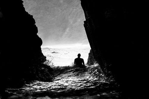 خروج از غار ساحلی در سواحل نیوزیلند