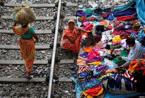 دستفروشی کنار ریل راه آهن – کلکته