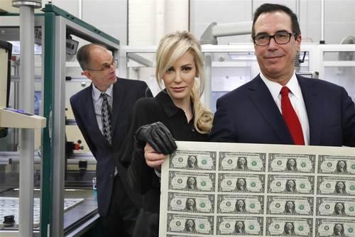 رونمایی از 1 دلاری های جدید چاپ شده در آمریکا در مراسمی با حضور وزیر خزانه داری و همسرش- واشنگتن/عکس: آسوشیتدپرس