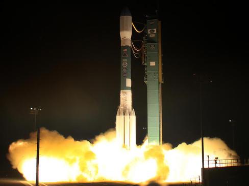 پرتاب راکت دلتا 2 حامل ماهواره جدید هواشناسی از یک پایگاه فضایی در کالیفرنیا آمریکا