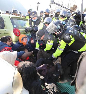 تظاهرات مردم شهر سئونگ جو کره جنوبی در اعتراض به استقرار سیستم دفاع موشکی آمریکایی