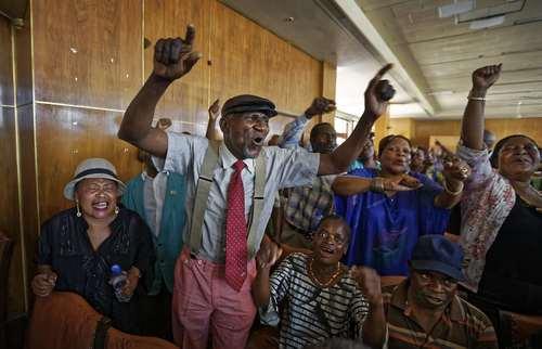 شادمانی اعضای اتحادیه قهرمانان جنگی زیمبابوه از استعفای رابرت موگابه رییس جمهور مستعفی زیمبابوه