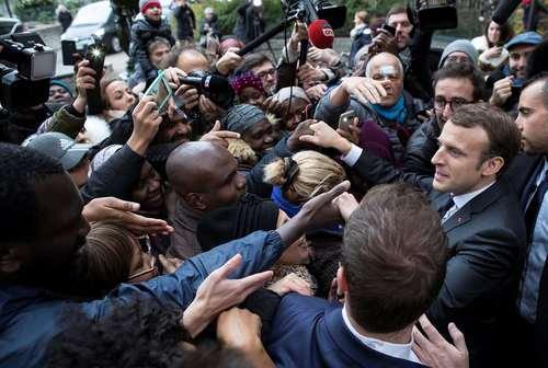 امانوئل ماکرون رییس جمهور فرانسه در بازدید از یک خیریه توزیع غذا در پاریس