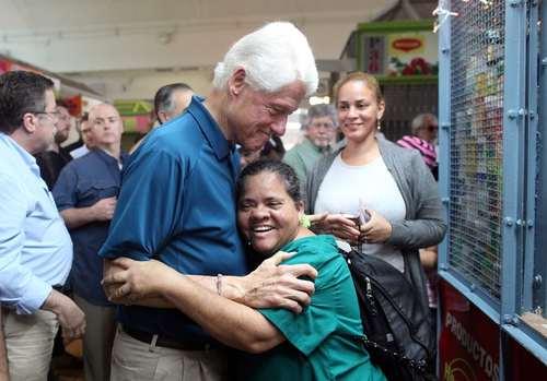 بازدید بیل کلینتون رییس جمهور اسبق آمریکا از جزیره توفان زده پورتوریکو