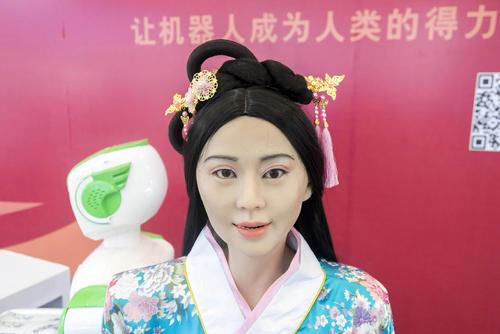 روباتی انسان نما در لباس سنتی چینی در نمایشگاه بین المللی روبات در شانگهای چین