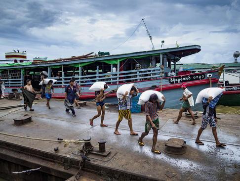 خالی کردن محموله برنج یک کشتی در یانگون میانمار