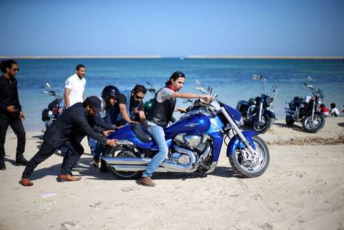 اعضای گروه موتورسواران شهر طرابلس در حال مسابقه در ساحل شهر طرابلس لیبی
