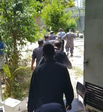صحنه دستگیری بهروز یک پناهجوی ایرانی در اردوگاه مانوس که در صفحه توییتر یکی از پناهجویان منتشر شده است
