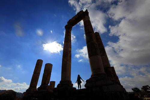 گردشگر در حال بازدید از آثار باستانی در حومه شهر امان پایتخت اردن