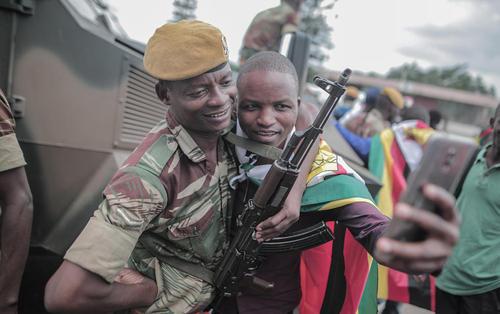 سلفی گرفتن با سرباز ارتش در حاشیه مراسم تحلیف رییس جمهور جدید زیمبابوه در استادیوم ملی در شهر هراره