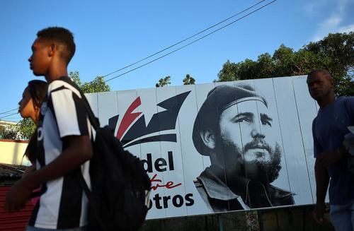 نصب بنرهایی از فیدل کاسترو رهبر انقلاب کمونیستی کوبا در خیابان های شهر هاوانا همزمان با نخستین سالگرد درگذشت او