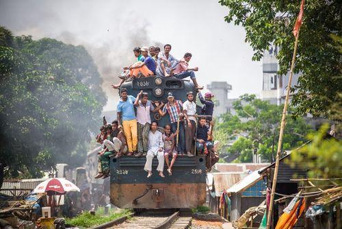 ازدحام قطار در شهر داکا بنگلادش