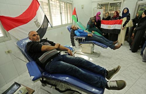 اهدای خون از سوی فلسطینی های ساکن باریکه غزه به قربانیان حمله تروریستی اخیر به مسجدی در شمال مصر