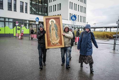 یک گروه معتقد مسیحی در مونیخ آلمان با در دست گرفتن تابلویی از مریم مقدس در مقابل یک کلینیک علیه سقط جنین تظاهرات می کنند