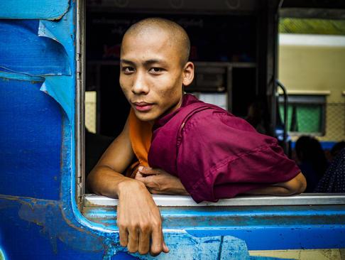 راهب بودایی سوار بر قطار در شهر یانگون میانمار