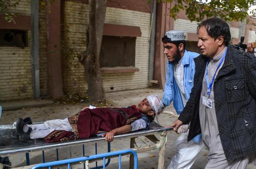 انتقال یک کودک مصدوم از یک حمله انتحاری به بیمارستانی در شهر کویته پاکستان
