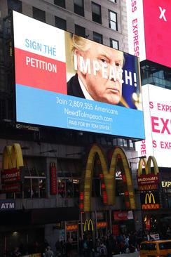 آگهی تبلیغی جمع آوری امضا برای استیضاح ترامپ در میدان تایمز نیویورک. این آگهی که 20 میلیون دلار هزینه در برداشته از سوی