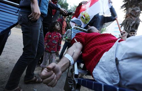 اهدای خون از سوی شهروندان غزه ای برای قربانیان حمله تروریستی هفته گذشته در مسجدی در شمال مصر