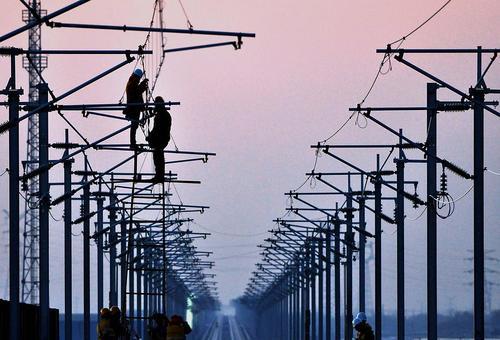 کارگران در حال کار روی خط آهن برقی پرسرعت در استان شاندونگ چین