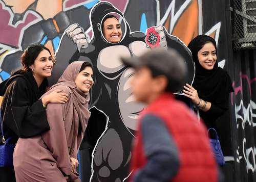 عکس گرفتن نوجوانان عربستانی در حاشیه برگزاری نخستین جشنواره