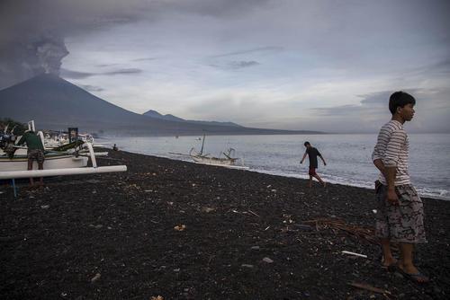 تخلیه بخش های بزرگی از جزیره بالی اندونزی از بیم گسترش فعالیت یک کوه آتشفشانی