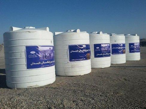 اهدای پنج مخزن آب ده هزارلیتری پلاستیکی توسط یک هموطن ساکن خارج از کشور به منطقه نایبندان طبس