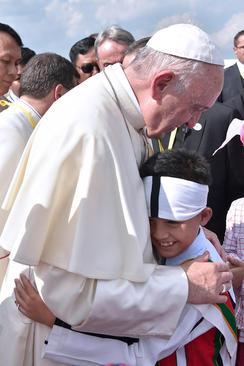 استقبال از پاپ فرانسیس در فرودگاه بین المللی یانگون میانمار